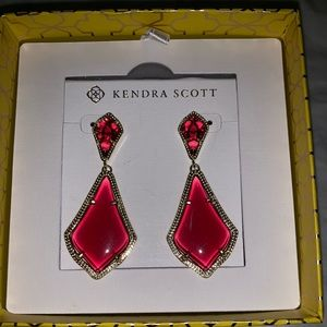 NWT! Kendra Scott Alexa Earrings in Gold & Berry